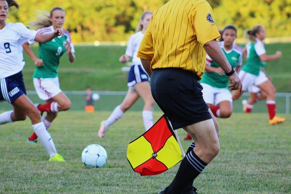 arbitro y las reglas del futbol