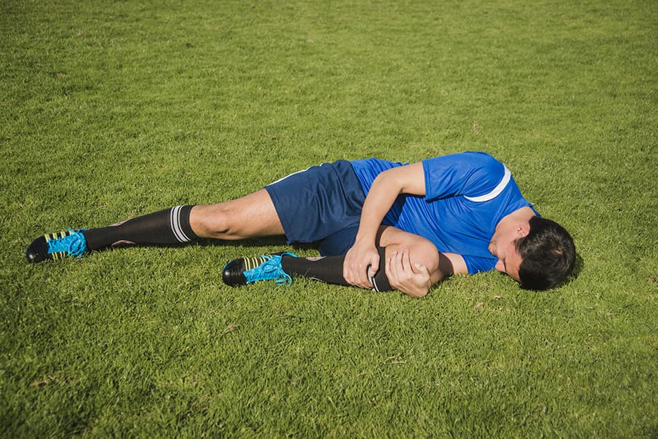 reglas del futbol cuando un jugador esta lesionado, que debe hacer el arbitro de futbol