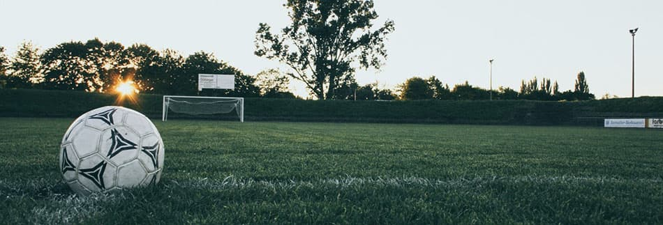 regla del pique a tierra en el futbol, balon al suelo en el futbol