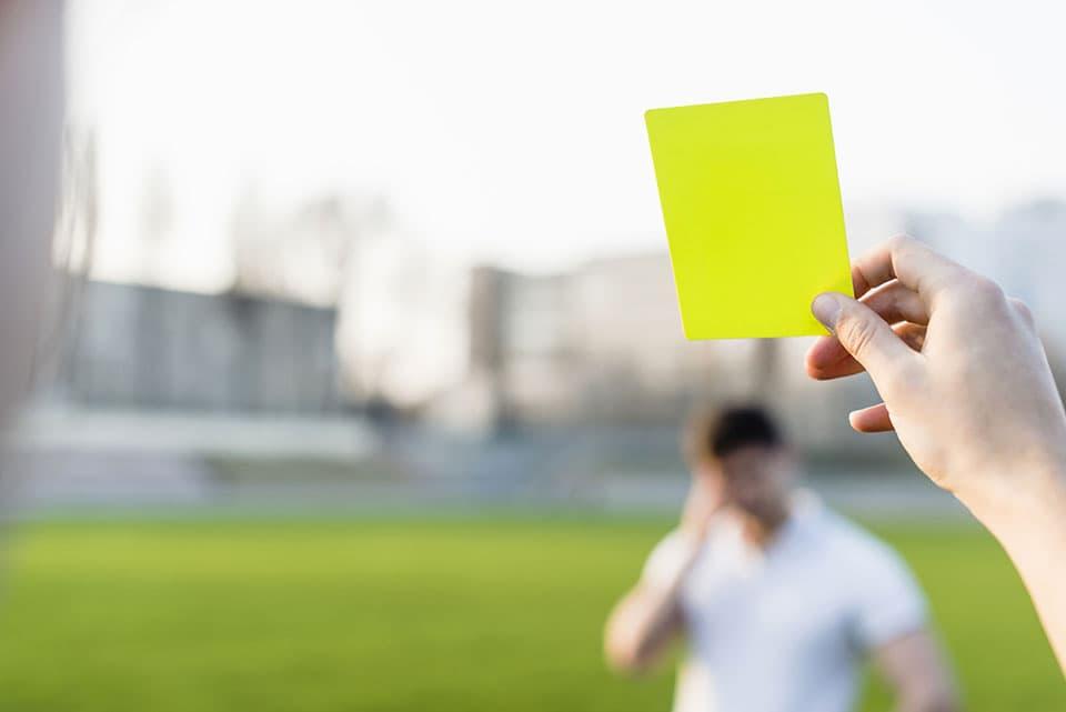 tarjeta amarilla, sacada por un arbitro